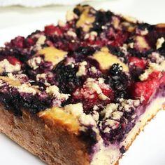 Fitness yogurt trainer cake with blueberries and raspberries Sweet Cakes, Dessert Recipes, Desserts, Banana Bread, Yogurt, Blueberry, Raspberry, Good Food, Goodies