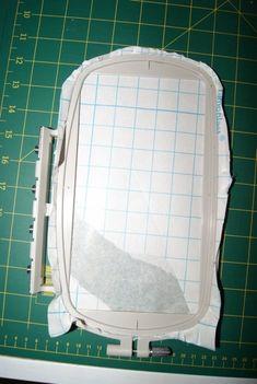 Pour éviter de me répéter et surtout que ce soit plus clair, voici un tuto sur une technique : la broderie hors cadre. Il s'agit de broder sans passer le tissu dans le cadre de broderie. On place de l'intissé dans le cadre, ici, il est autocollant mais il est tout à fait possible de mettre de la colle temporaire ou encore des pinces selon le...