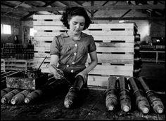 Mujer pintando bombas en una fábrica de municiones. Barcelona, 1938.