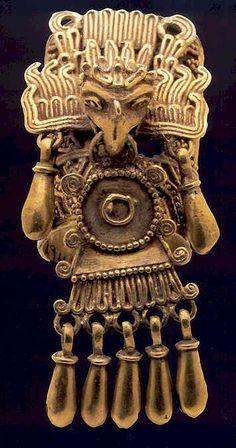 Broche de oro mexica, cabeza de águila descendente prendida de un chimalli (escudo mexica) con 5 colgantes de cascabel. Tenochtitlan,  Ciudad de México.  Altiplano Central, período Postclásico.mesoamericano