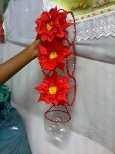 See related links to what you are looking for. Plastic Bottle Crafts, Diy Bottle, Plastic Bottles, Pallet Garden Walls, Diy Arts And Crafts, Diy Crafts, Atelier Creation, Flower Pots, Flowers