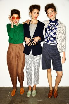 """karen walker this is less """"style"""" and more """"how to pose for photos. i'm the one in the middle. Karen Walker, Vogue, Estilo Boyish, Dandy, Look 2017, Design Textile, Bcbg, Looks Street Style, Inspiration Mode"""