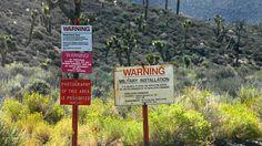 Area 51 existiert-Um kaum eine US-Militärbasis ranken sich mehr Mythen, als um Area 51. Ein Gebiet, das mitten im Sperrgebiet des US-Militärs in Nevada liegt. Außerirdische Lebensformen und Ufos soll die Regierung hier seit Jahrzehnten verstecken und untersuchen. So viel zu der Verschwörungstheorie. Tatsächlich bestätigte der US-Geheimdienst CIA mittlerweile die Existenz der militärischen Anlage offiziell.