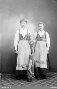 Gruppebilde, kvinner i rondastakk Folklore, Norway, Scandinavian, Embroidery, Boho, Fictional Characters, Dresses, Needlework, Gowns