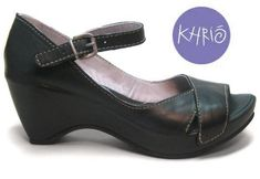 """Italian-owned, Romanian-made, their logo is """"Khrio Walks with You."""" Ginger Style--cute but not clunky, modern with a bit of a vintage vibe. Comfortable Heels, Comfy Shoes, Toe Shoes, Shoe Boots, Summer Business Attire, Sensible Shoes, Alegria Shoes, Wide Width Shoes, Fall Shoes"""