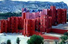 La Muralla Roja is a housing project located in the area of Calpe in the Alicante region in Spain on a steep costal landscape. Designed by architect Ricardo Bofill and his Taller de Arquitectura, the project was built in Gothic Architecture, Contemporary Architecture, Interior Architecture, Interior And Exterior, Famous Architecture, Vernacular Architecture, Frank Lloyd Wright, Ricardo Bofill, Philip Johnson