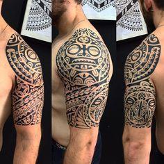 Meia manga e ombro. Polynesian Tattoo Designs, Maori Designs, Tattoo Designs Men, Maori Tattoo Arm, Tiki Tattoo, Mom Tattoos, Tattoos For Guys, Tattos, Black Tattoos