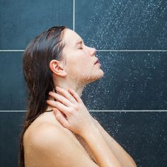 9 Shower Mistakes That Can Cause Acne | Thos gives some great tips and tricks on how to cleanse yoyr skin and hair with natural products. Though I would recommend to rather diy your coffee scrub or coconut oil conditioner than to buy it for quite a bit of money...