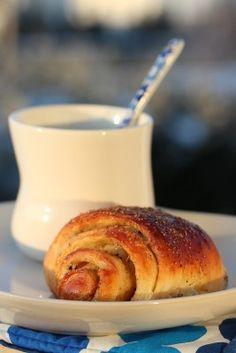 cinnamon rolls and hot chocolate (translation needed) Norwegian Food, Cinnamon Rolls, Just Desserts, Bagel, Hot Chocolate, Sweet Tooth, Yummy Food, Baking, Breakfast