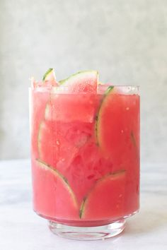 A Refreshing Watermelon Cocktail Punch. This watermelon cocktail punch is perfec… A Refreshing Watermelon Cocktail Punch. This watermelon cocktail punch Cocktail Punch, Cocktail Drinks, Cocktail Recipes, Summer Drink Recipes, Cocktail Desserts, Refreshing Drinks, Fun Drinks, Beverages, Mixed Drinks