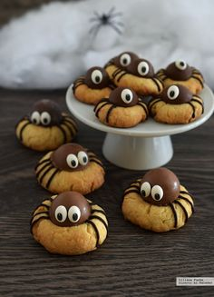 How To Make Halloween& Most Adorable Spider Cookies .- Wie man die entzückendsten Spinnenplätzchen von Halloween macht How to make Halloween& most adorable spider cookies # most delightful - Halloween Snacks, Dessert Halloween, Halloween Cupcakes, Cute Halloween, Halloween Spider, Halloween Brownies, Holiday Treats, Holiday Recipes, Party Recipes