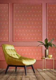 Un papier peint graphique living coral, Graham & Brown Coral Wallpaper, Home Wallpaper, Home Living Room, Living Room Decor, Pantone, Large Floor Lamp, Colourful Living Room, Pink Bedrooms, Mid Century Modern Decor
