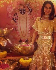 Mirror golden || #vandanamunjal #pictureoftheday #dabiri #dabiricouture #realpeople #lehengas #indianwear #indiancouture #indianfashion #embroidery #intricate #golden