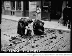 Femmes ramassant des pavés de bois, vraisemblablement pour se chauffer