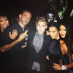 Pin for Later: Kim Kardashian und Kanye West feiern mit den Stars um die Wette  Die Freunde schmiegten sich aneinander für ein Gruppenbild. Quelle: Instagram user justinbieber