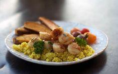 Essayez un repas sans gluten et faible en glucides, grâce à un «riz» de chou-fleur facile; parfait pour ceux qui suivent une diète paléo.