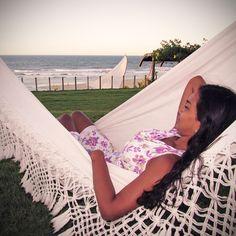 Imagine-se deitado nessa rede, aproveitando a brisa do litoral cearense e assistindo um belo pôr do sol. #pordosol #carmelcharme