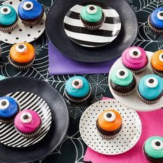 16 Cute & Spooky Halloween Cupcake Ideas   Wilton Blog Halloween Cupcakes, Cute Halloween Treats, Halloween Desserts, Spooky Halloween, Halloween Party, Halloween Baking, Halloween Ideas, Halloween 2018, Halloween Trivia