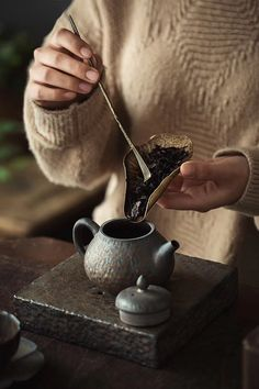 Having good knowledge of tea requires a focus on the ways, duration and times of making tea, as well as a dainty appreciation of tea sets. Tea Tray, Tea Bowls, Matcha, Chinese Tea Set, Tea Culture, Tea Brands, Tea Packaging, How To Make Tea, Tea Ceremony