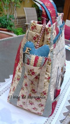 El Blog de Esperanza. Patchwork Bags, Quilted Bag, Diy Bags No Sew, Puff Quilt, Patchwork Tutorial, Organize Fabric, Sewing Baskets, Fabric Bags, Sewing Accessories