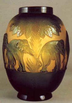 """Emile Gallé. Vase en verre soufflé appelé """"Vase aux Eléphants"""" 1925. Vase d'une série produite après la mort de Gallé pour l'Exposition Universelle de 1925 à Paris."""
