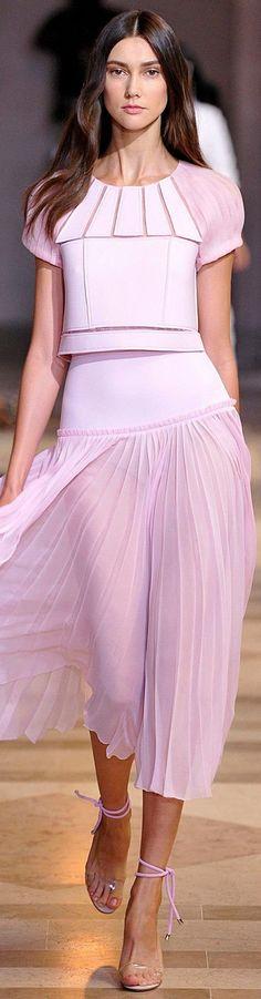 Zartes Rosa (Farbpassnummer 18) Im Outfit wirkt der Träger von Rosa immer liebevoll, einfühlsam, weich, verletzlich und romantisch. Die Farbe unterstreicht einen grazilen Stil.   Kerstin Tomancok / Farb-, Typ-, Stil & Imageberatung
