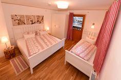 Schlafzimmer mit Doppelbett- und Einzelbett Toddler Bed, Furniture, Home Decor, Double Bedroom, Grey Walls, Cottage House, Viajes, Child Bed, Decoration Home