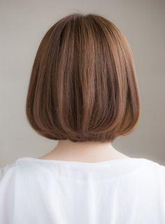 ナチュラルなボブスタイルに自然な丸みと軽さをつけた王道ボブスタイルです。アゴラインの長さのボブに毛先に質感を入れ、ワンカールパーマをかけ毛先に動きを出すようにしてあります。カラーリングは8トーンのアッシュグレージュで透明感と艶を出すようにしてあります。大人のでもオシャレなイメージにもっていけるスタイルになります。