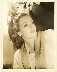 Joan Crawford before her evil eyebrow days Old Hollywood Movies, Hollywood Icons, Old Hollywood Glamour, Vintage Glamour, Vintage Hollywood, Hollywood Stars, Classic Hollywood, Hollywood Actresses, Joan Crawford