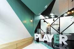 Uso de formas geométricas básicas para envolver al usuario y reforzar la identidad de Player, una agencia de publicidad.