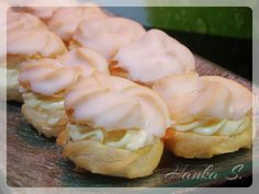 Věnečky s vanilkovým krémem Czech Desserts, Cream Horns, Czech Recipes, Cannoli, Eclairs, Mini Cupcakes, Baked Goods, Garlic, Food And Drink