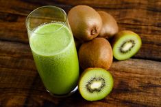 Must have beauty detox foods for women that you wouldn't really think about unless you we're informed. Kiwi, Beauty Detox, Detox Recipes, Detox Foods, Cocktails, Drinks, Dietitian, Health Diet, Things That Bounce