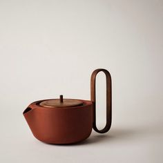 Aureola is a minimalist design created by Canada-based designer Luca Nichetto and Lera Moiseeva for Mjolk. The idea of designing a tea set comes from a personal research, started long ago from the Venetian designer Luca Nichetto. Pottery Teapots, Ceramic Pottery, Ceramic Art, Ceramic Tableware, Ceramic Teapots, Kitchenware, Ceramic Design, Teapot Design, Coffee Set