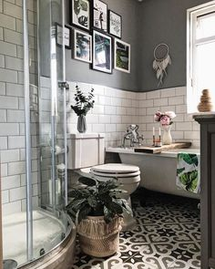 Metro tiles grey walls gallery wall roll top bath patterned tiles peonies a Metro Fliesen graue Wände Galerie Wand Roll-Top Bad gemusterte Fliesen Pfingstrosen a Simple Bathroom, Roll Top Bath, Metro Tiles, Corner Shower, Bathroom Floor Tiles, Bathroom Wall Decor, Bathroom Flooring, Grey Walls, Bathroom Trends