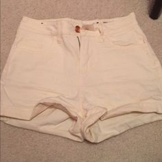 Creme high waisted shorts Says size 3 but can fit any ranging 1-3 super cute and flattering Shorts Jean Shorts