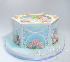 Beautiful royal icing collar and intricate piped icing work in gazebo style cake by Nastasya Sitdikova