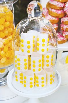 Add glass dome covers or dioramas Very classy candy dot display - Garden Party Candy Table, Candy Buffet, Dessert Table, Dessert Ideas, Pink Lemonade Cupcakes, Pink Lemonade Party, Party Sweets, Candy Party, Lollipop Party