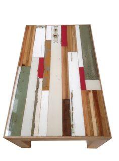 Epoxy bijzettafel. 100 X 50 cm. De rand en de poten is gemaakt van eiken. Tafel is afgewerkt met krasvaste polyesterlak.