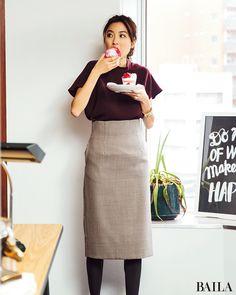 ボルドーのとろみトップスにチェックのタイトスカートの組み合わせは、旬なカラーコーデの中でも知性的な印象。スカートはハイウエスト&長め丈を選ぶと、大人っぽくスタイルアップできます。さらにトレンド感を上げたいなら、腕元にボリュームアクセを。ゴールドの太バングルなら、肌色となじみやすく・・・