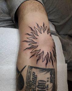 Elbow Tattoos, Knee Tattoo, Sun Tattoos, Black Ink Tattoos, Tattos, Tattoos For Guys, Cool Tattoos, Lucky Cat Tattoo, Tattoo Trash