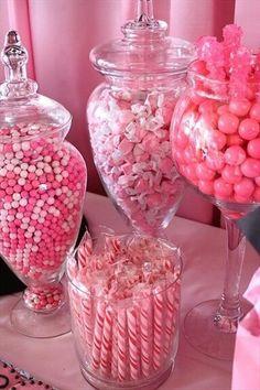 Frascos de vidrio con dulces rosas, me gusta lo de los caramelos de menta.