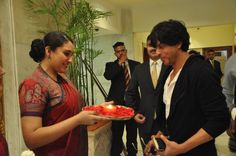 Traditional Indian welcome by Taj Mahal Hotel, New Delhi for Bollywood star Sharukh Khan. #SRK #TajMahalHotel
