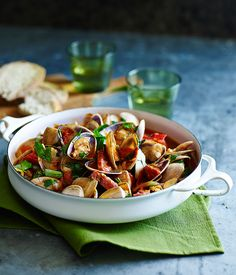 Clams with garlic, tomato and salami
