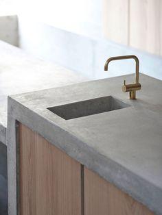 Concrete wood and brass kitchen elements Concrete Kitchen, Concrete Wood, Concrete Countertops, Brass Kitchen, Interior Design Kitchen, Kitchen Decor, Tadelakt, Smooth Concrete, Beton Design