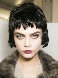 【ELLE】ルイ・ヴィトン(Louis Vuitton)|カーラ・デルヴィーニュのヘアメイク7変化@パリコレクション|エル・オンライン