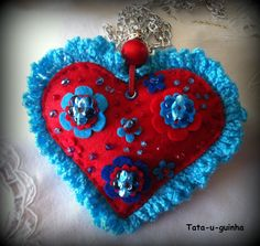 colar coração em feltro bordado com flores e missangas e debroado a crochet