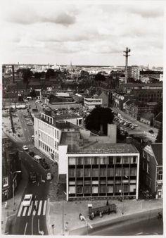 1966, Panorama vanaf de toren van de Heuvelse kerk. Gezicht op de Tuinstraat met parkeerplaats Pieter Vreedeplein. De zendmast aan de Telegraafstraat naast het gebouw van het Telegraaf- en Postkantoor, nu het Helga Deentuin.