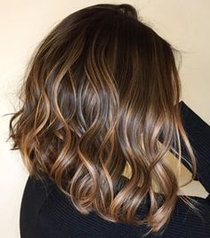 60 Looks with Caramel Highlights on Brown and Dark Brown Hai.- 60 Looks with Caramel Highlights on Brown and Dark Brown Hair Brown Bob with Strawberry Blonde Highlights - Dark Brunette Balayage Hair, Balayage Hair Caramel, Brown Blonde Hair, Dark Blonde, Wavy Hair, Blonde Honey, Honey Balayage, Long Brunette, Honey Hair