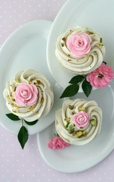 Rose Cupcakes with White Chocolate Swiss Meringue Buttercream. I cannot wait to make these beautiful and unique cupcakes. Flowers Cupcakes, Pretty Cupcakes, Beautiful Cupcakes, Yummy Cupcakes, Green Cupcakes, Floral Cupcakes, Cupcake Rose, Deco Cupcake, Cookies Cupcake