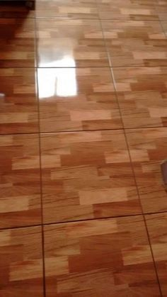Veja o que essa misturinha pode fazer com o seu piso: Misture 1 litro de água; 1/2 copo (americano) de vinagre; 1 colher (sopa) de bicarbonato; 1/4 de copo (americano) de álcool; 1 colher (sopa) de amaciante